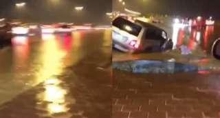 شاهد .. لحظة ظهور شخص وسط مياة الأمطار بأحد شوارع الرياض !