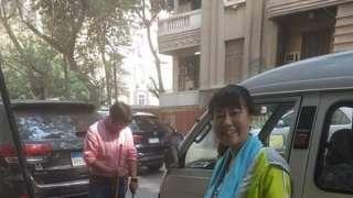 بالفيديو .. ياباني وزوجته ينظفان شوارع الزمالك