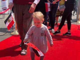 بالصور ..طفلة ترفع علم مصر أثناء مشاركة والديها في الاستفتاء بالرحاب