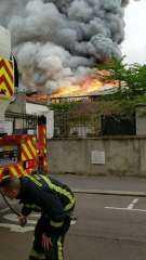 بالفيديو.. اندلاع حريق بالقرب من موقع تاريخي في فرنسا
