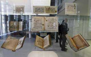 شاهد.. متحف يضم مخطوطات نادرة للمصحف الشريف