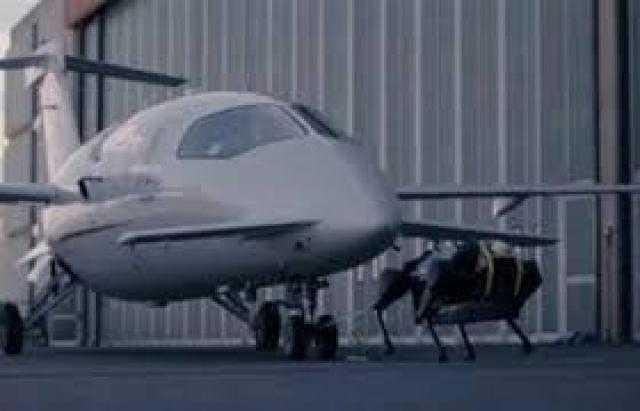شاهد.. روبوت صغير يجر طائرة يفوق وزنها 3 أطنان