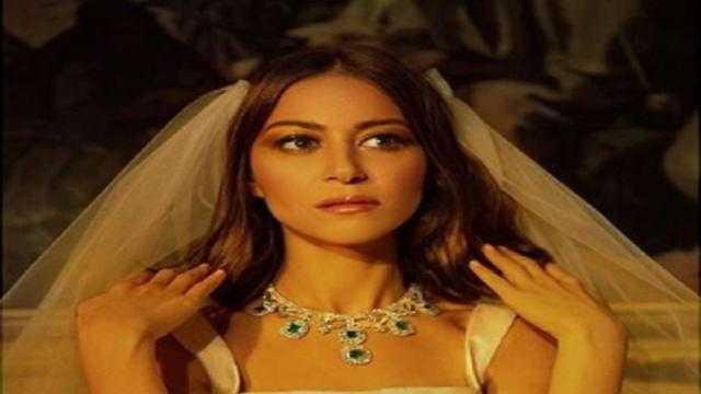 منة شلبي توضح سبب إطلالتها بفستان الزفاف
