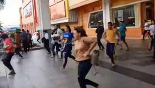 شاهد... لحظات الهلع في شوارع إندونيسيا بعد الزلزال المدمر