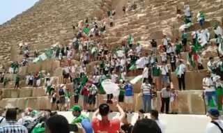 شاهد.. جزائريون يتسلقون الهرم الأكبر ويهتفون لـ منتخب بلادهم