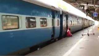بالفيديو.. سقوط امرأة حاولت الصعود إلى قطار تحرك لتوه