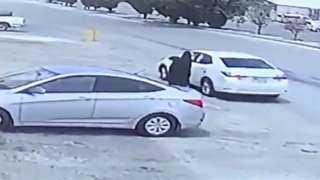 بالفيديو.. شاب سعودي ينتزع حقيبة سيدة في وضح النهار