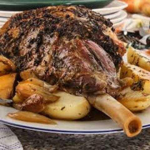 طريقة عمل فخدة لحم الغنم الروستو بالروزماري والبطاطس