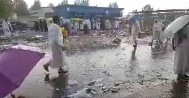 بالفيديو.. تساقط غزير للأمطار على منى وعرفات ومزدلفة