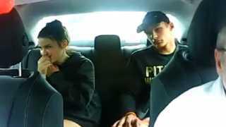 بالفيديو.. جريمة مروعة في سيارة تاكسي