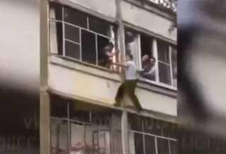 بالفيديو.. أب يحاول إلقاء ابنته الرضيعة من النافذة