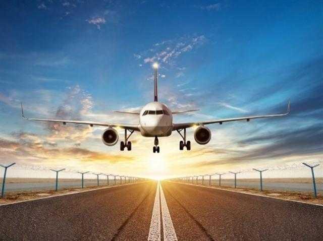 بالفيديو.. طائرة ركاب تهبط اضطراريا بسبب احتراق محركها
