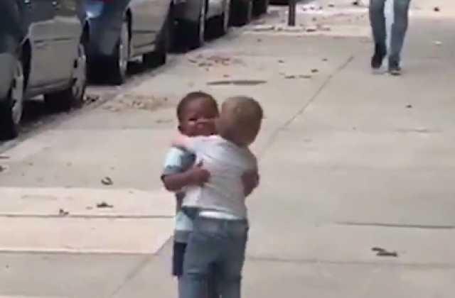 فيديو لطفلين يحقق ملايين المشاهدات