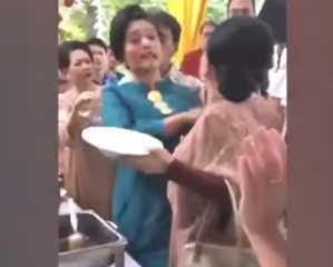 بالفيديو.. بسبب الطعام... شجار حاد بالأيدي بين سيدتين في حفل زفاف