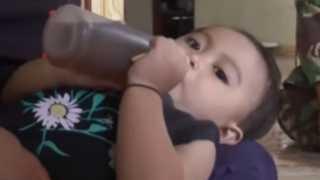 بالفيديو.. رضيعة إندونيسية تتغذى يوميا على القهوة بدلا من الحليب