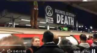 بالفيديو.. نشطاء مناخ يعتلون القطارات في لندن احتجاجا