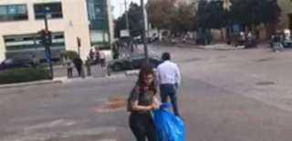 بالفيديو.. متظاهرون لبنان ينظفون الطرقات