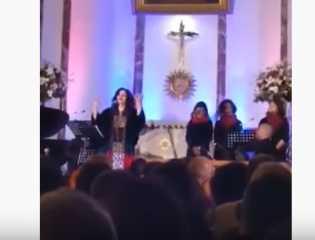 """بالفيديو.. مطربة لبنانية تنشد """"طلع البدر علينا"""" داخل كنيسة في بيروت"""