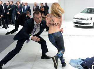 ناشطات Femen يتعريّن أمام الصحفيين قبالة قصر الشانزليزيه(فيديو)