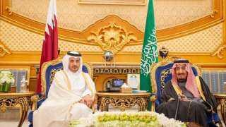 الملك سلمان يستقبل رئيس وزراء قطر لحظة وصوله الرياض