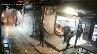 بالفيديو.. لبناني يحرق نفسه لعدم قدرته على علاج ابنته