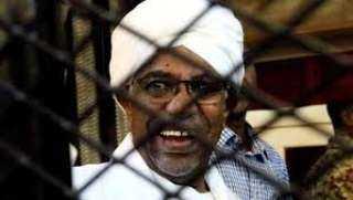 محكمة سودانية تدين البشير بتهمة التعامل بالنقد الأجنبي وتسقط السجن عنه لبلوغه سن السبعين