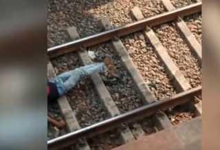 بالفيديو.. متهور يستلقي تحت عجلات القطار وسط حالة من الذعر