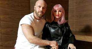 بالفيديو..لاعب كمال أجسام الكازاخستاني يوري تولوشكو يتزوج دمية جنسية