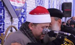 بالفيديو.. قس يقبل يد وجبين قارئ قرآن في عزاء