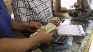 بالفيديو.. القبض على عدد من الأشخاص يقومون بتصريف العملات الأجنبية في سوريا