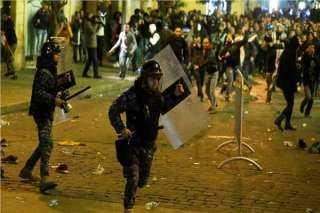 إصابة عدد من عناصر الشرطة خلال مواجهات مع المحتجين في بيروت (فيديو)