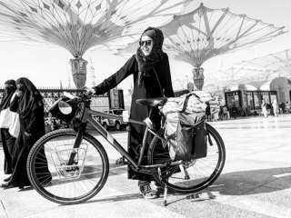 شاهد أول امرأة عربية تدخل مكة على دراجة هوائية لأداء العمرة(فيديو وصور)
