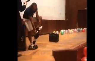 بالفيديو.. أستاذ جامعي فى جامعة المنصورة يخلع ملابسه أمام الطلبة المستجدين