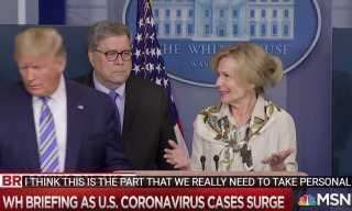 شاهد.. ترامب يبتعد عن طبيبة فور إعلانها ارتفاع حرارتها