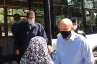 بالفيديو.. رئيس الوزراء الأردني يشتري الخبز من الحافلات المنتشرة في شوارع عمان