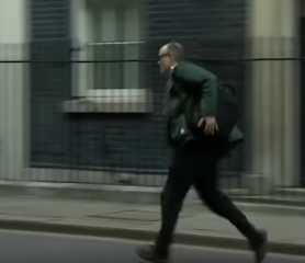 بالفيديو.. ساقا مستشار بوريس جونسون لم تسعفاه في الفرار من كورونا بل أوصلتاه إلى الحجر الصحي
