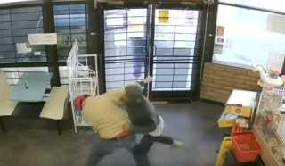 بالفيديو.. مصارع شاب ينقذ 3 أطفال من محاولة اختطاف