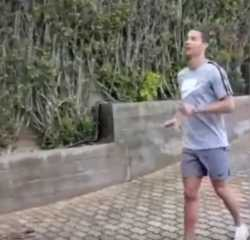 بالفيديو.. رونالدو وشريكته في تدريبات العزل الصحي