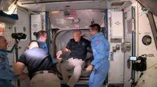 شاهد لحظة دخول الطاقم الأمريكي للمحطة الفضائية الدولية