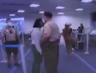 بالفيديو.. شرطي أمريكي يصفع امرأة من ذوي البشرة السوداء في مشادة