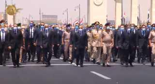 بالفيديو.. السيسي يتقدم الجنازة العسكرية للفريق محمد العصار