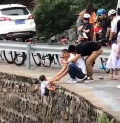 بالفيديو.. رجل يخاطر بحياة ابنه لالتقاط صورة