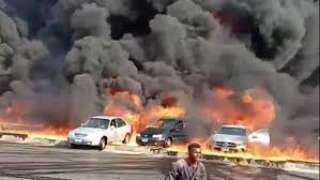 شاهد .. حريق ضخم يلتهم عشرات السيارات بطريق الإسماعيلية