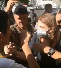 بالفيديو.. متظاهرون لبنانيون يرشون وزيرة العدل بالماء