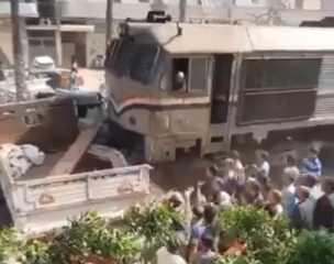 شاهد.. لحظة اصطدام قطار بسيارة نقل في المنوفية وتعطل حركة القطارات