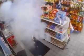 بالفيديو.. مجهول يشعل ألعاب نارية في متجر بمحطة وقود غازية في ديترويت الأمريكية