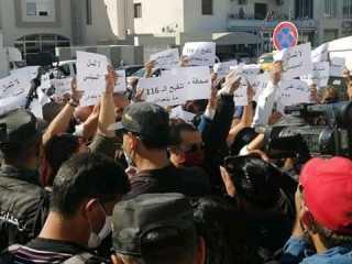 """بالفيديو.. تونس.. صحفيون يتظاهرون أمام البرلمان رفضا لـ""""قانون الاتصال"""" ويلوحون بالإضراب العام"""