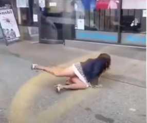 شاهد.. فيديو يثير الجدل في كندا.. شاب يعتدي على امرأة ويقذفها من الحافلة