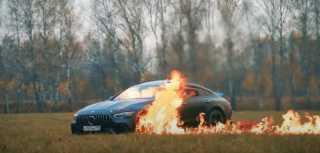 بالفيديو.. روسي يحرق سيارة مرسيدس بقيمة 170 ألف دولار