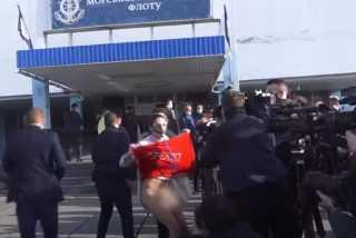بالفيديو.. أوكرانيا.. فتاة بدون ملابس داخلية تحتج أمام رئيس البلاد